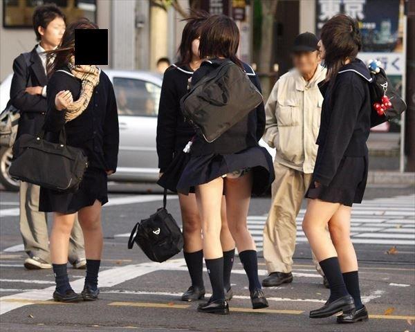 制服のスカートから風パンチラ (16)