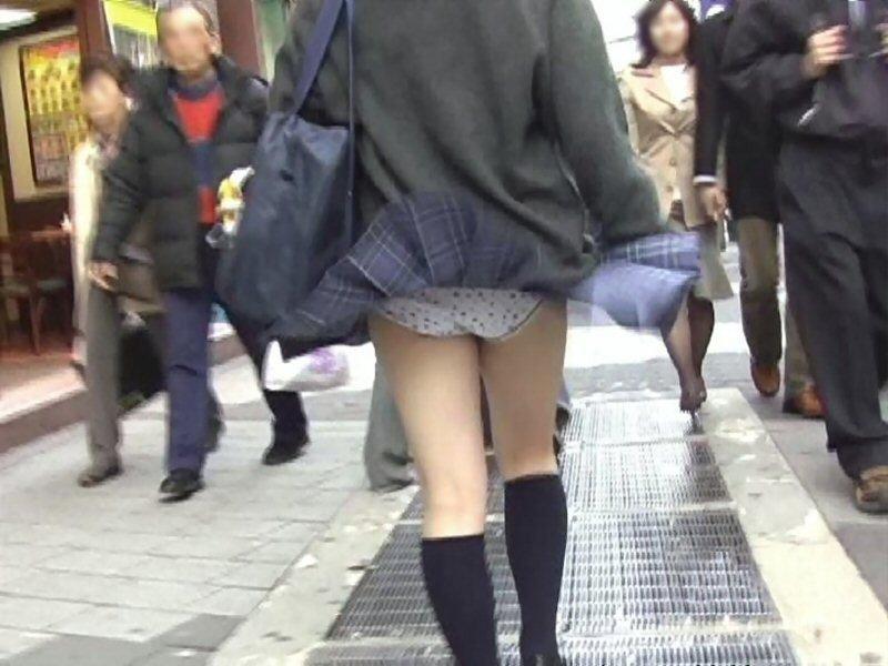 制服のスカートから風パンチラ (14)