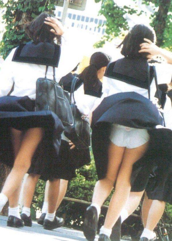 制服のスカートから風パンチラ (3)