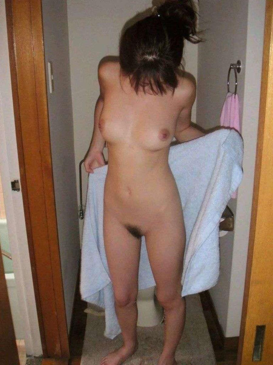 全裸にバスタオル状態の素人女性 (5)