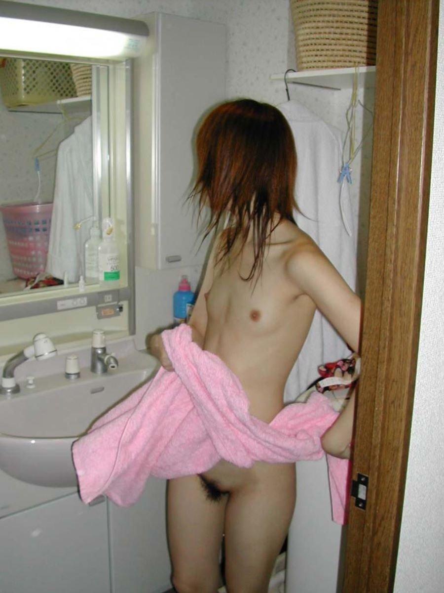 全裸にバスタオル状態の素人女性 (2)