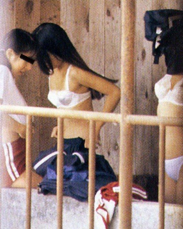 脱衣して下着姿や裸の素人さんを覗き見 (20)