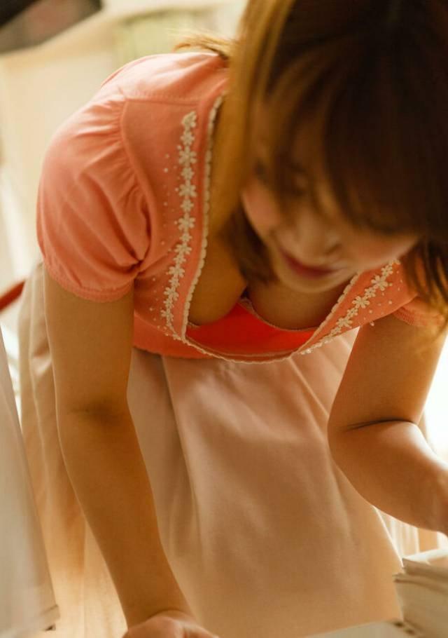 巨乳がチラチラ見えてる素人女子 (4)