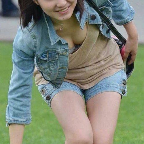 巨乳がチラチラ見えてる素人女子 (1)