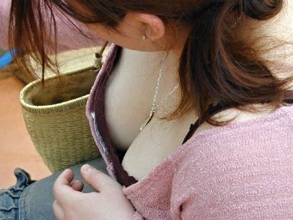 巨乳女性の谷間が胸チラ (9)