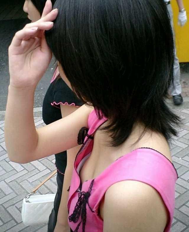 乳首まで見えてる素人女性(8)