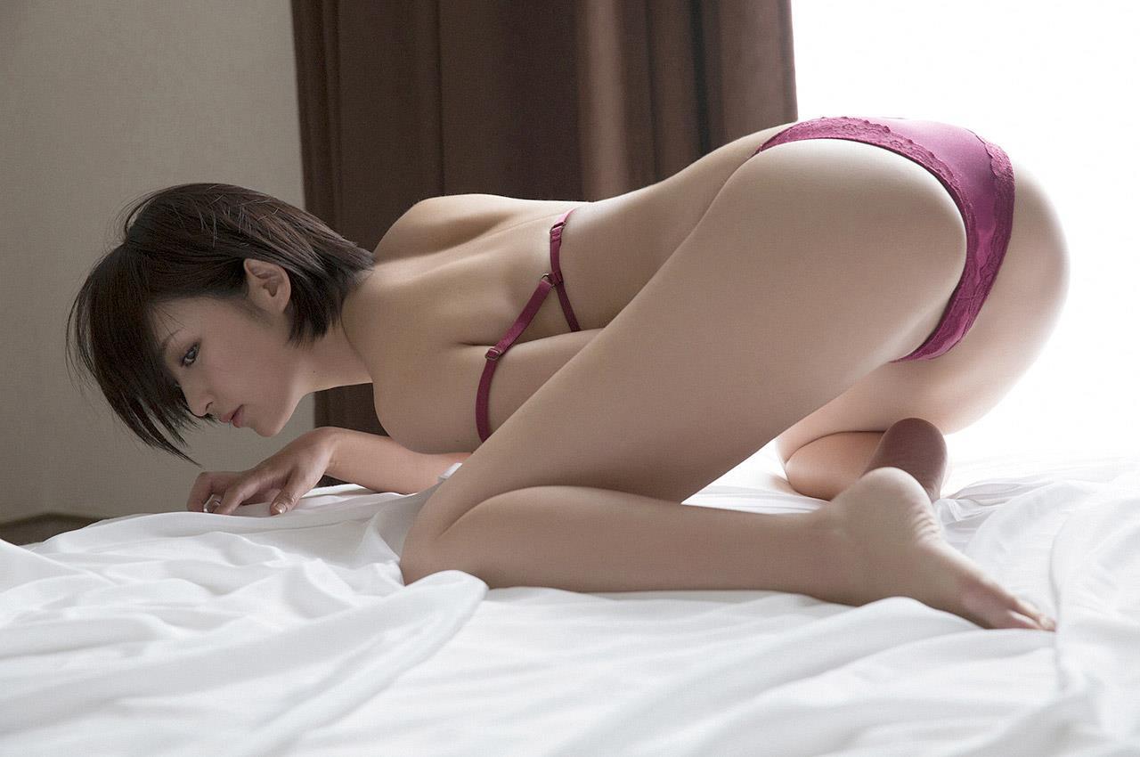 お尻を見せつけるセクシーなグラドル (11)