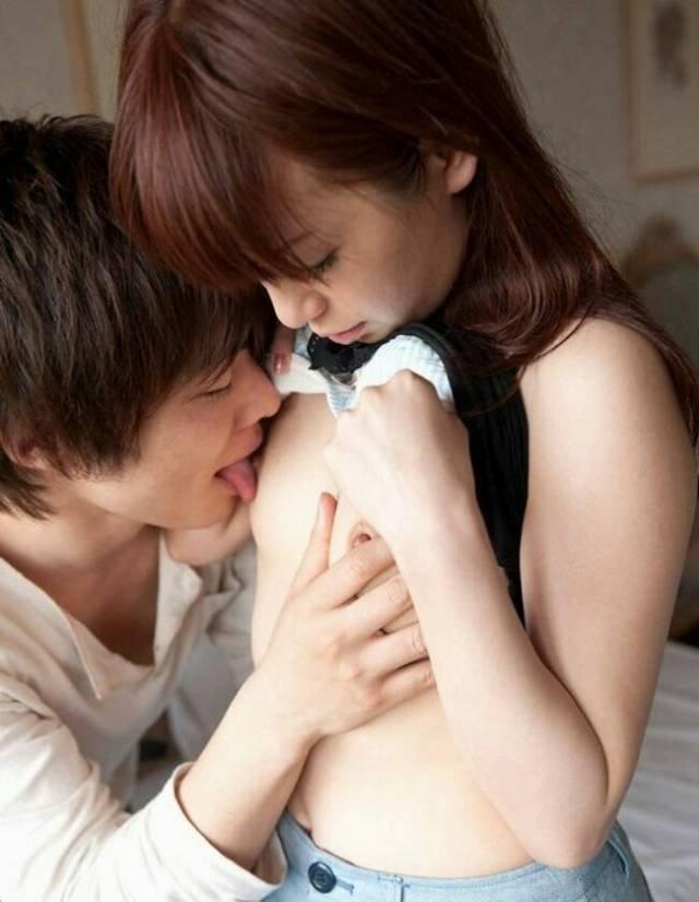 貧乳を舐め回される女性 (9)
