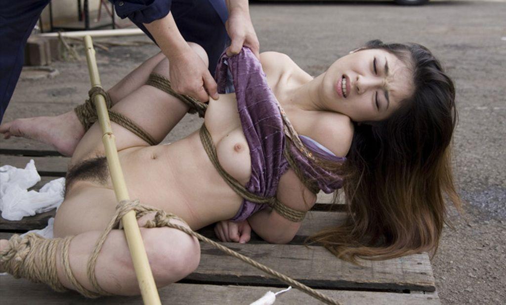 股を広げて緊縛された女性 (12)