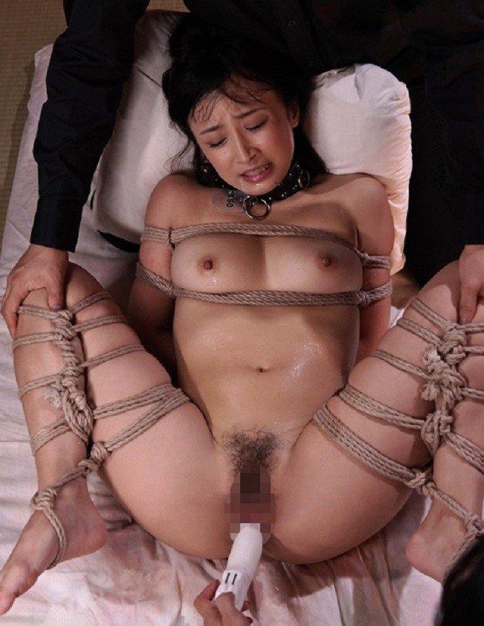 股を広げて緊縛された女性 (7)