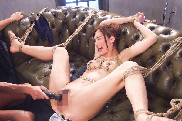 股を広げて緊縛された女性 (4)