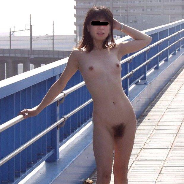 街の中なのに裸になって野外露出を楽しむ変態素人娘たち