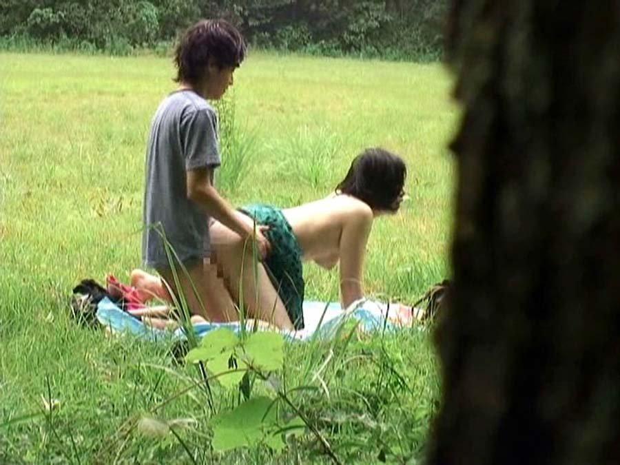青姦に夢中なカップル (7)