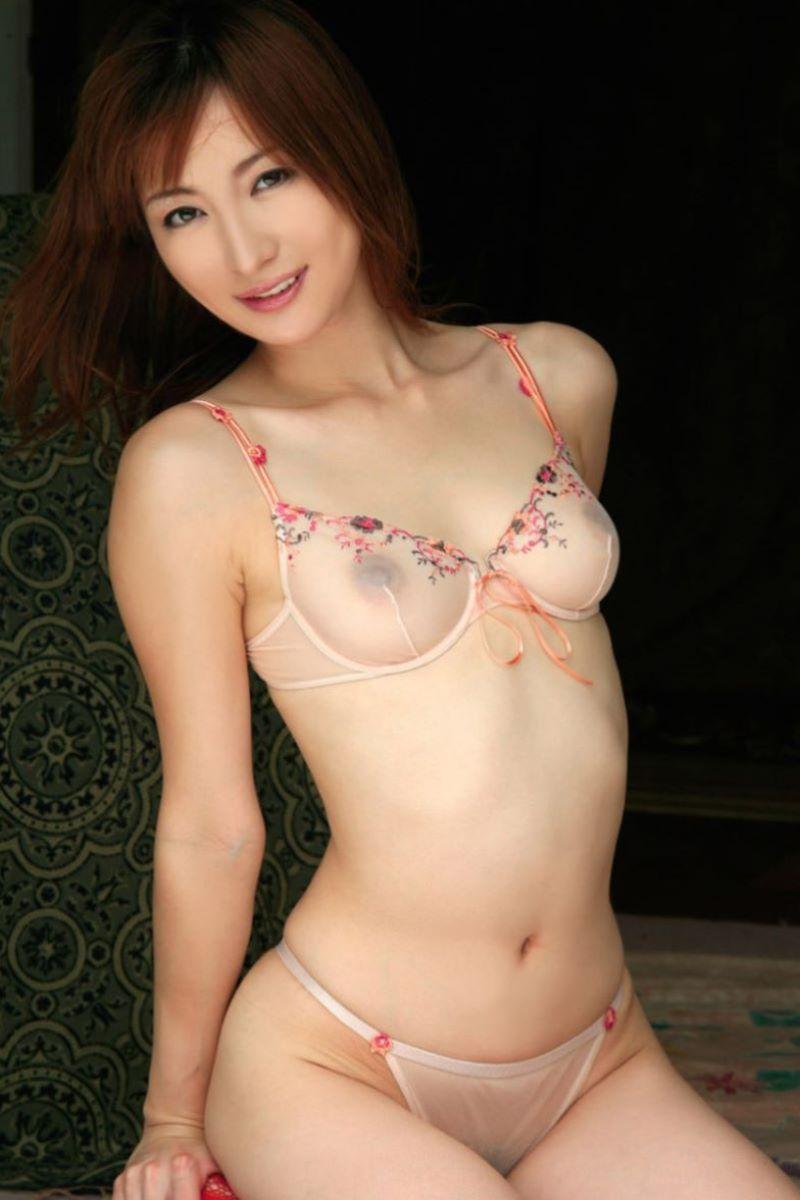 透け下着から乳首が丸見え (17)