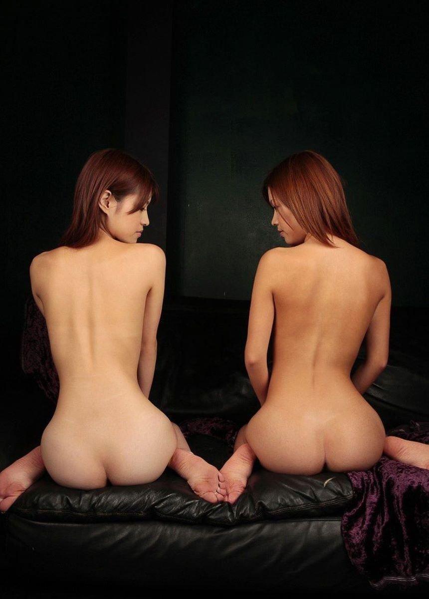 ペタンコ座りで美尻を披露するヌード女性 (20)