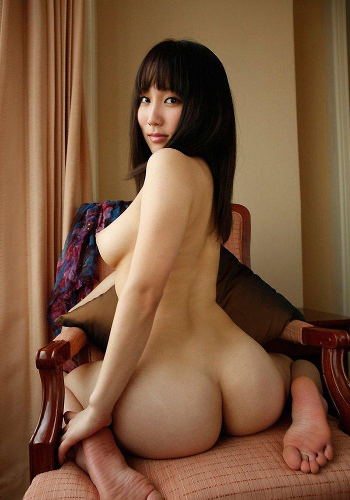 ペタンコ座りで美尻を披露するヌード女性 (9)