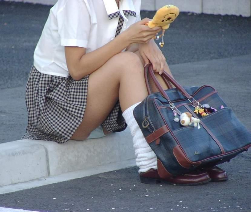 座ったらスカートからパンチラ (5)