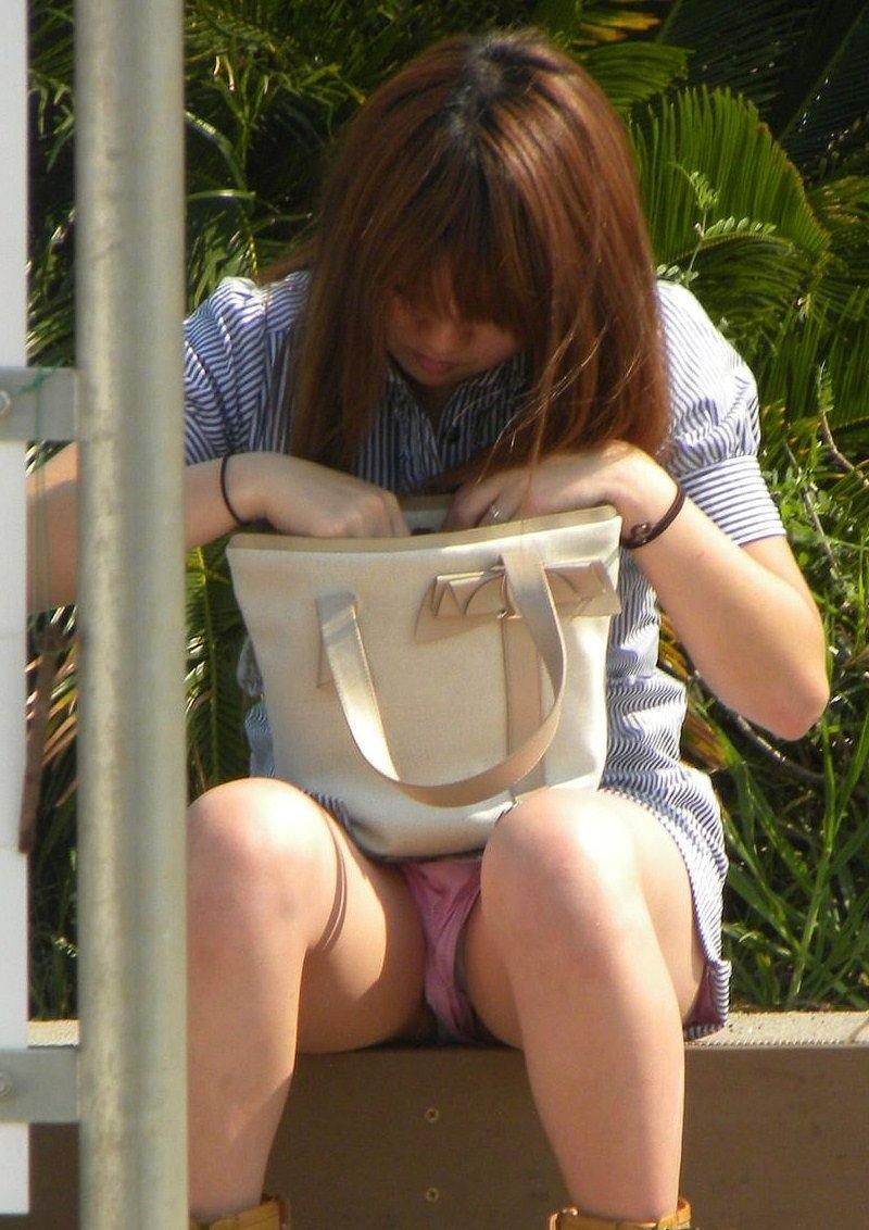 座ったらスカートからパンチラ (16)