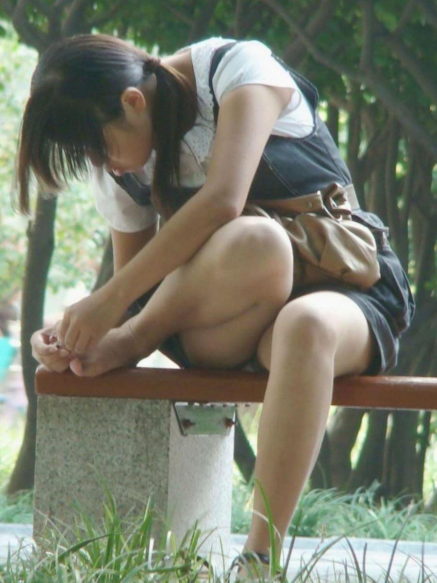 座ったらスカートからパンチラ (4)