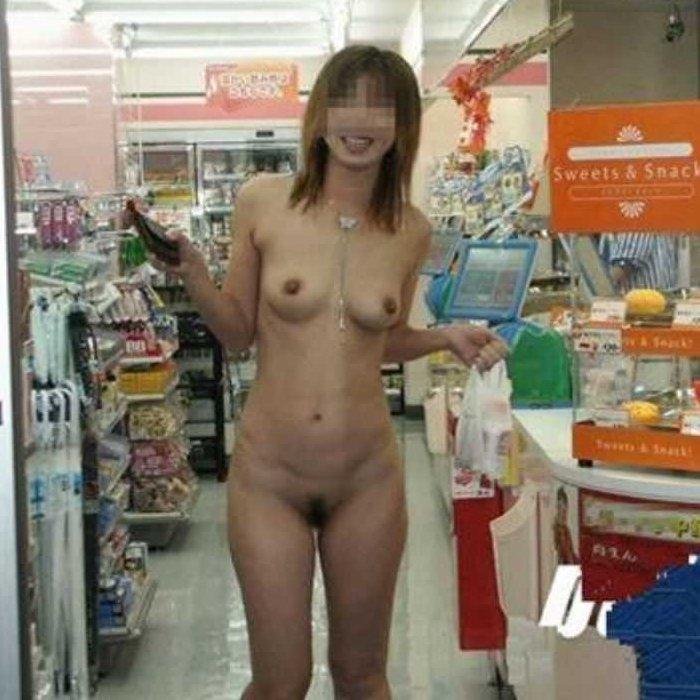 店内でオッパイを出したり全裸になって興奮を楽しむ露出狂の素人娘たち