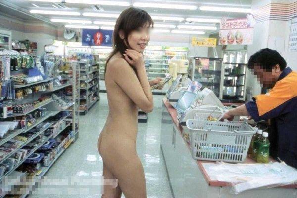 店内露出で裸になる素人さん (15)