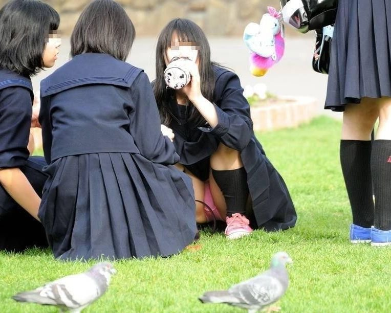 制服姿でパンチラしまくる素人女子 (7)