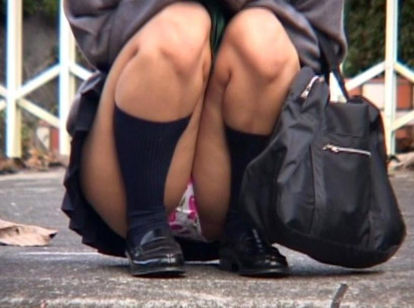 制服姿でパンチラしまくる素人女子 (11)