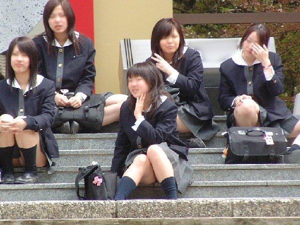 制服姿でパンチラしまくる素人女子 (12)