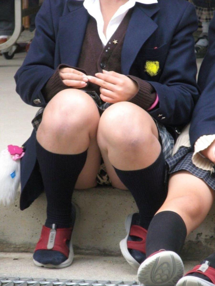 制服姿でパンチラしまくる素人女子 (18)