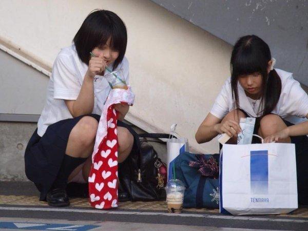 制服姿でパンチラしまくる素人女子 (8)