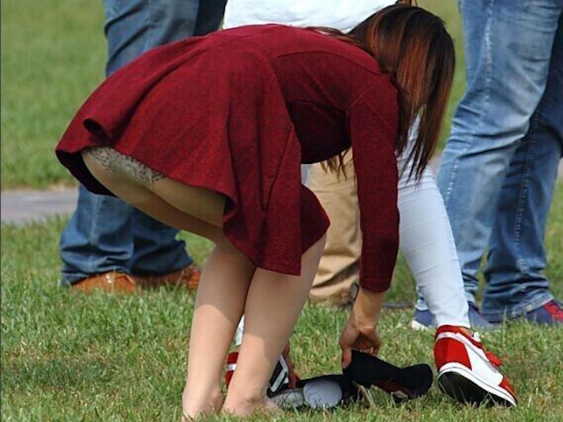 前屈みパンチラをしてる素人女性 (9)