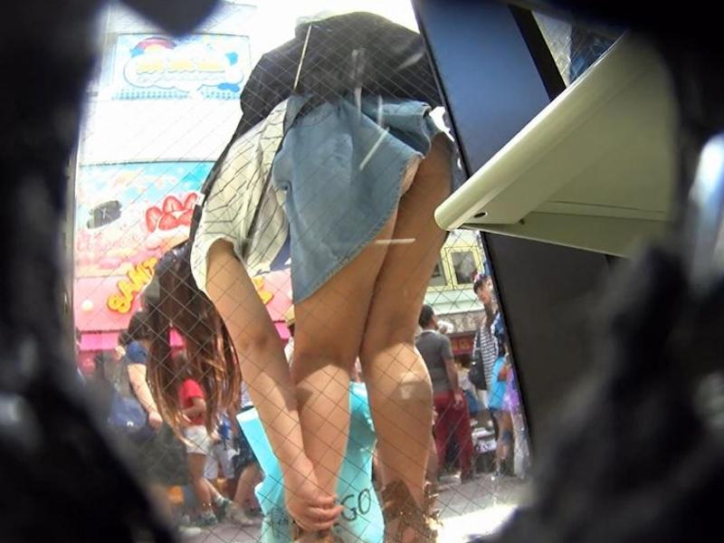 前屈みパンチラをしてる素人女性 (19)