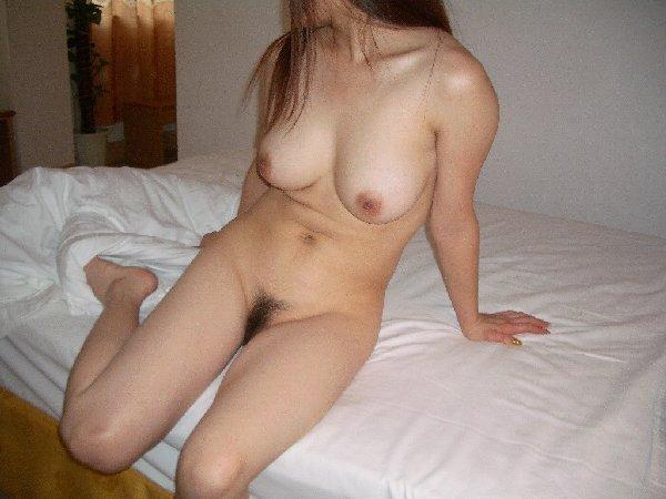部屋で素っ裸になって寛ぐ素人さん (18)