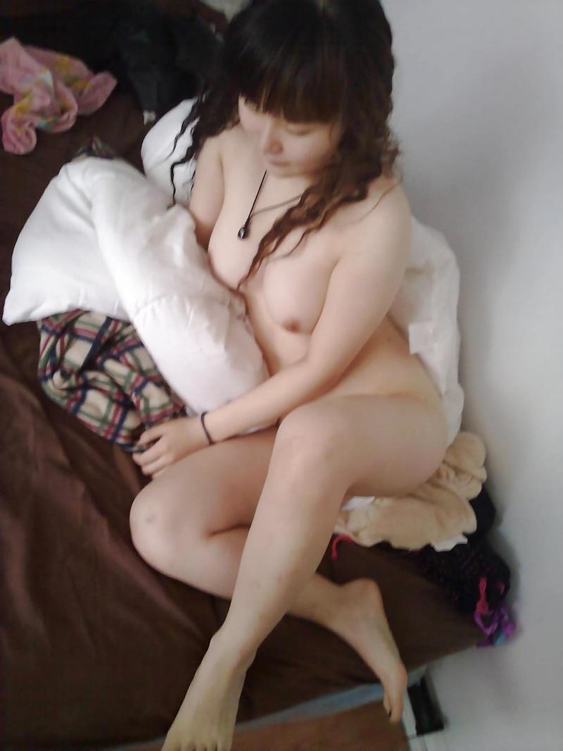 部屋で素っ裸になって寛ぐ素人さん (13)
