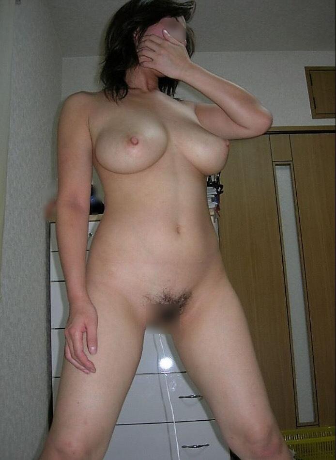 部屋で素っ裸になって寛ぐ素人さん (8)