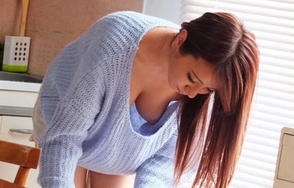 乳首丸出し状態の前屈み女性 (19)