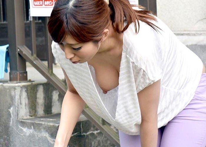 乳首丸出し状態の前屈み女性 (2)