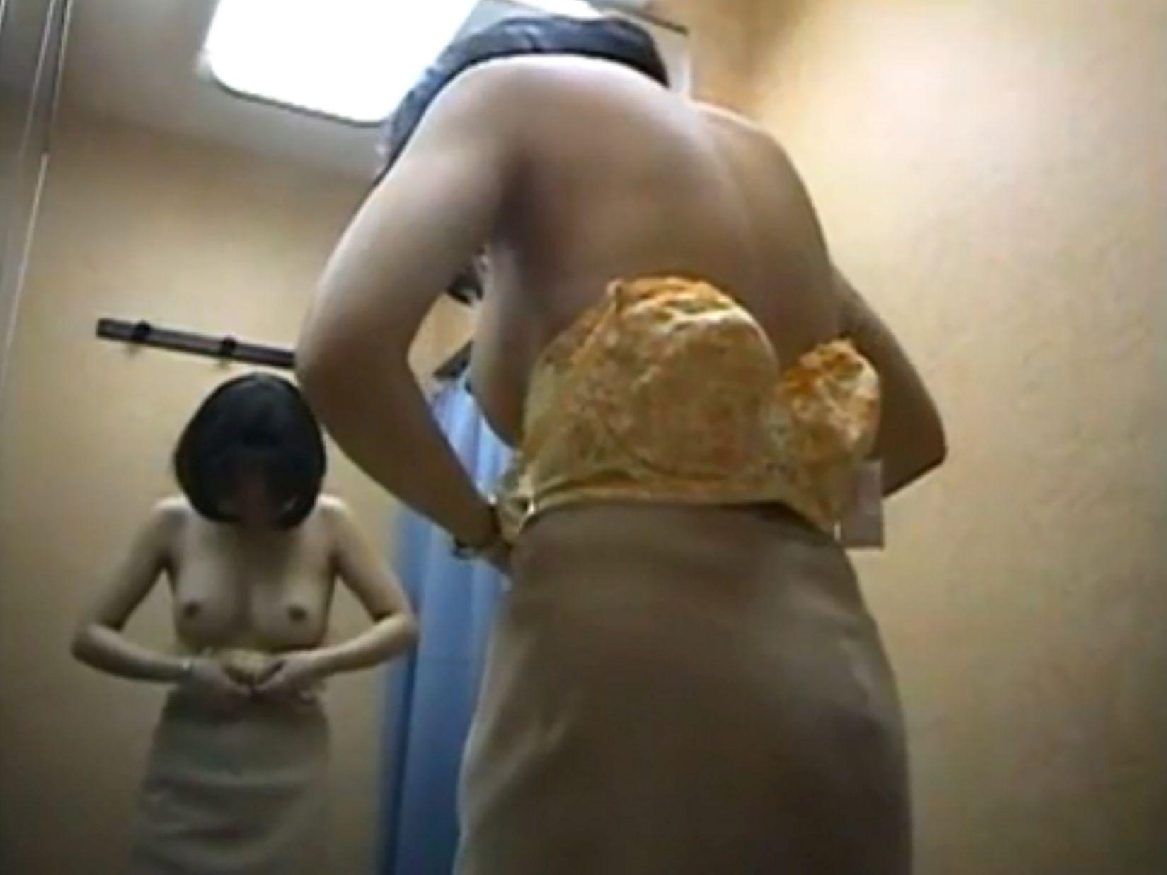 更衣室で脱衣中 (5)
