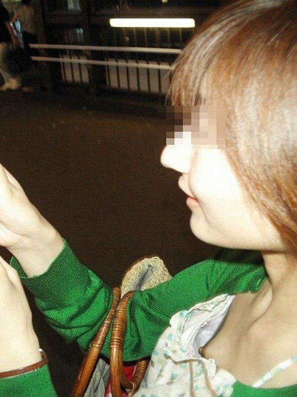 乳首まで見えてる素人女性を街撮り (4)