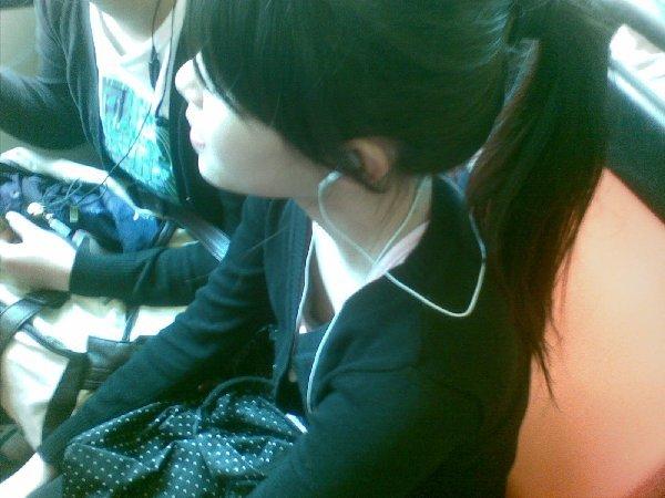 乳首まで見えてる素人女性を街撮り (16)