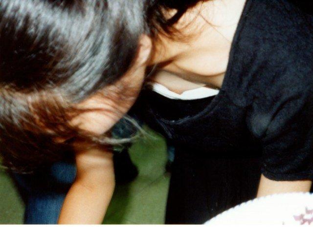 乳首まで見えてる素人女性を街撮り (15)