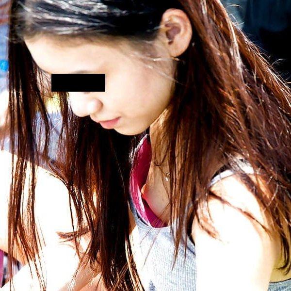 乳首まで見えてる素人女性を街撮り (1)