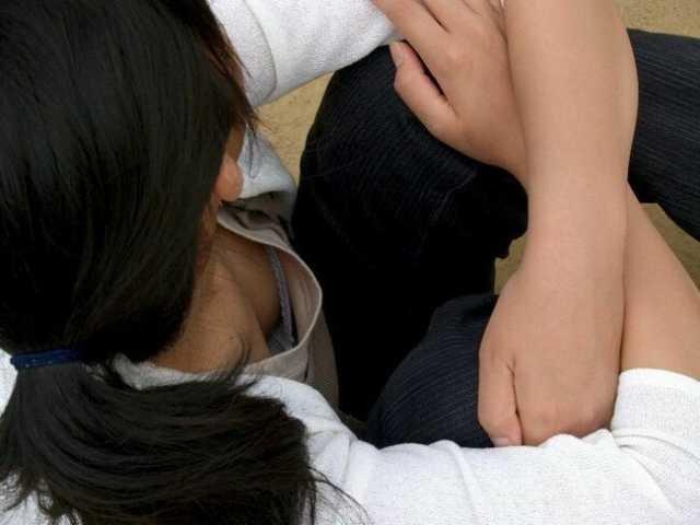 乳首チラしてる貧乳女子 (7)