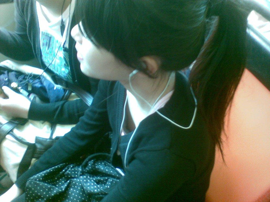 乳首チラしてる貧乳女子 (11)