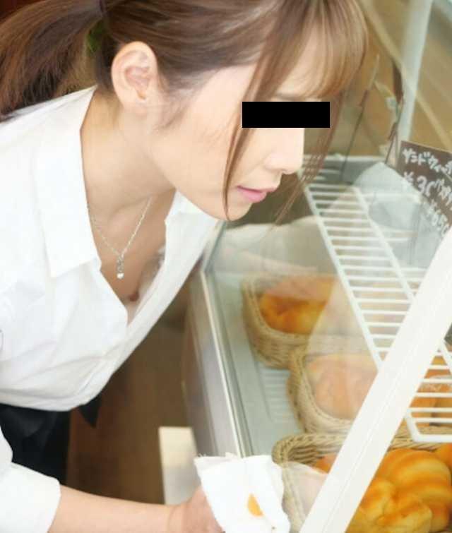 乳首チラしてる貧乳女子 (3)