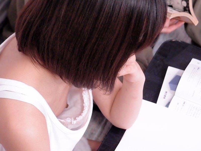 乳首チラしてる貧乳女子 (2)