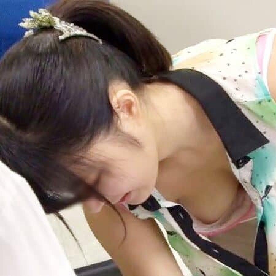 前屈みで見えた胸チラや乳首チラ (1)