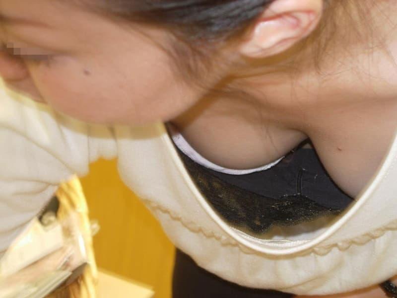 前屈みで見えた胸チラや乳首チラ (14)