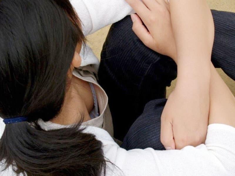 前屈みで見えた胸チラや乳首チラ (6)