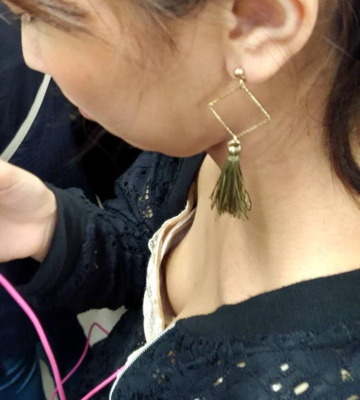 貧乳女子の乳首チラ (20)